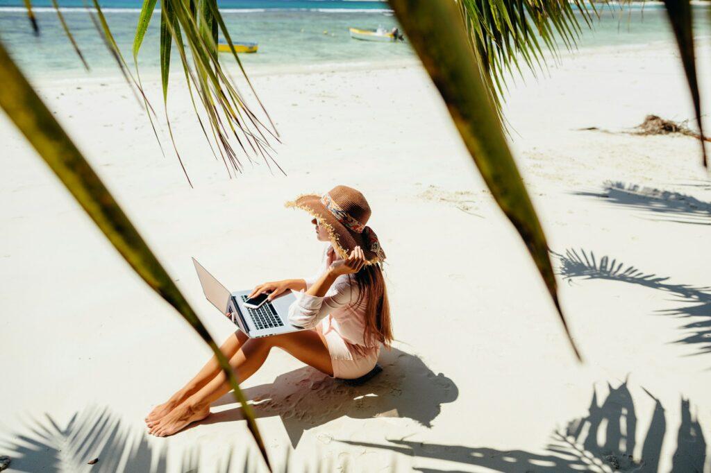 Online Geld verdienen und am Strand arbeiten